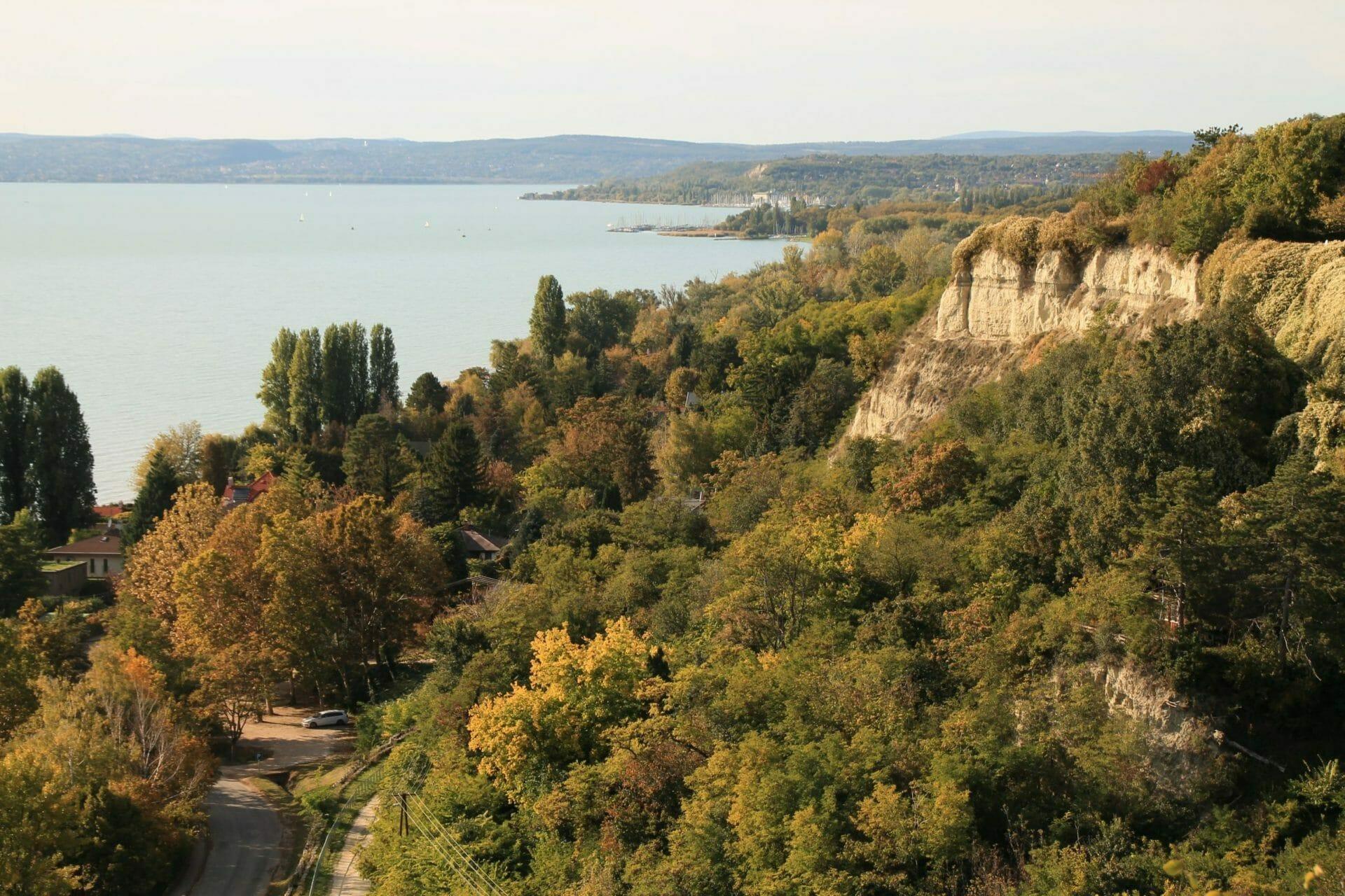 Magaspartok a Balaton mentén